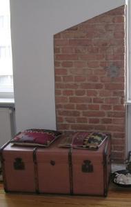 Wand / mit neu verputzter Wan & frei gelegtem Mauerwerk
